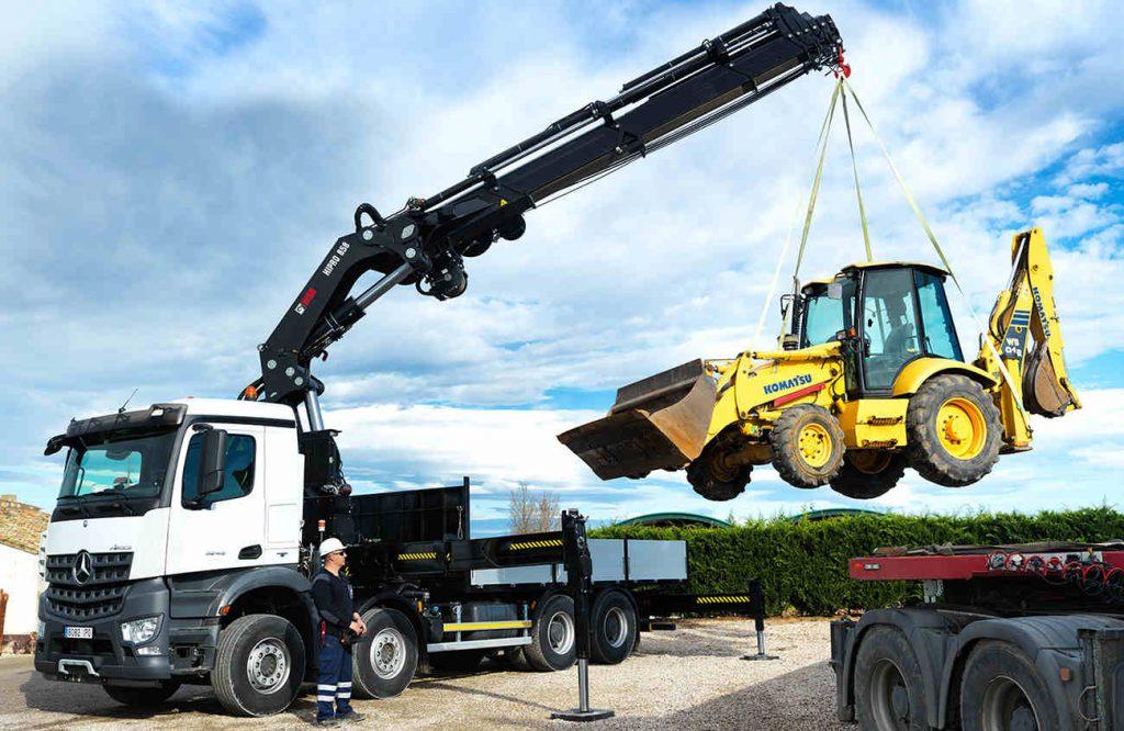Operación con grúas especiales para movilizar maquinaria pesada
